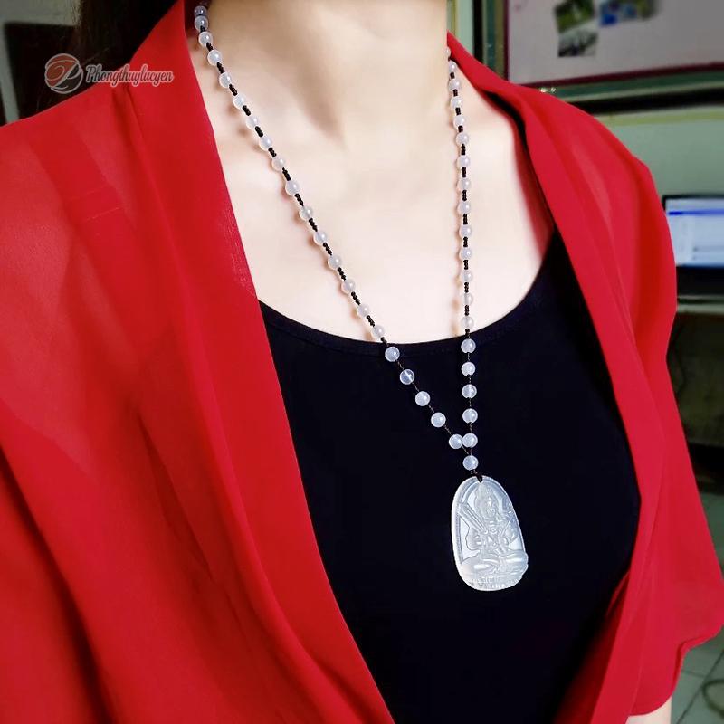 Phật bản mệnh người mẫu đeo