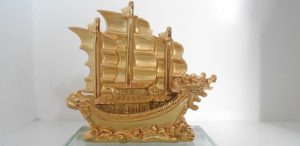 Trưng bày thuyền buồm gỗ quay vào nhà hay quay ra ngoài?